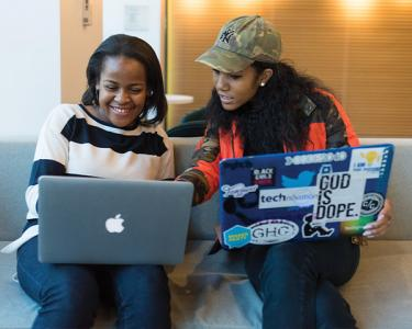 Students sharing laptop screens